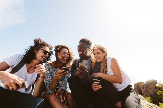 amigos om os celulares