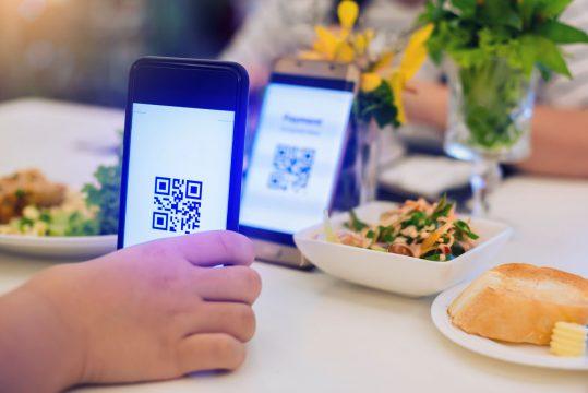 restaurante apontando qr code