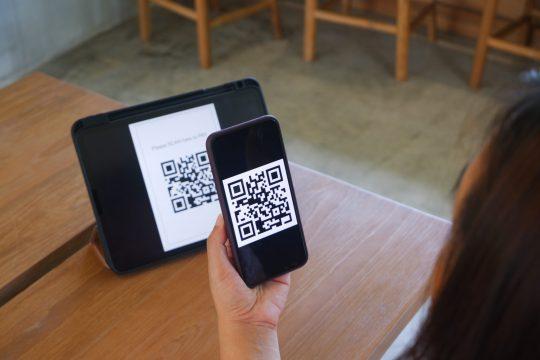 celular e tablet com qr code