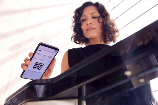 mulher com qr code no celular