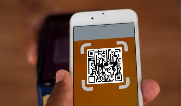 qr code no celular com fundo marrom