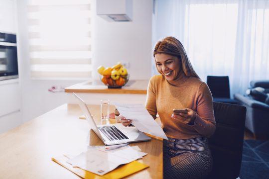 mulher com celular e currículo