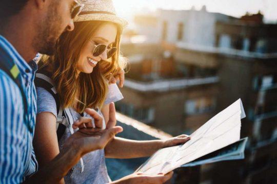 turistas olhando mapa