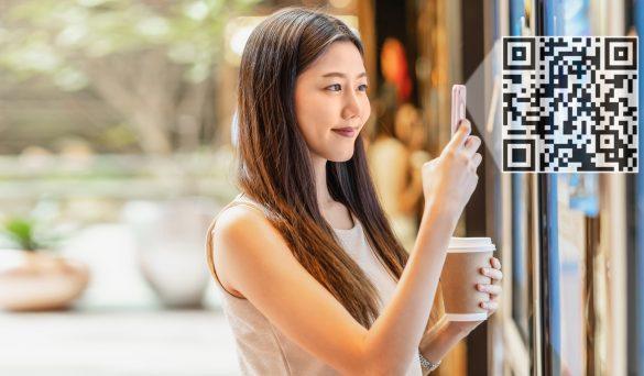 mulher escaneando QR Code