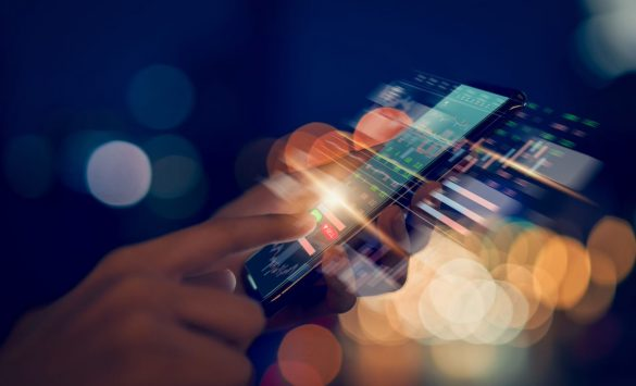 vetor de celular criando qr code