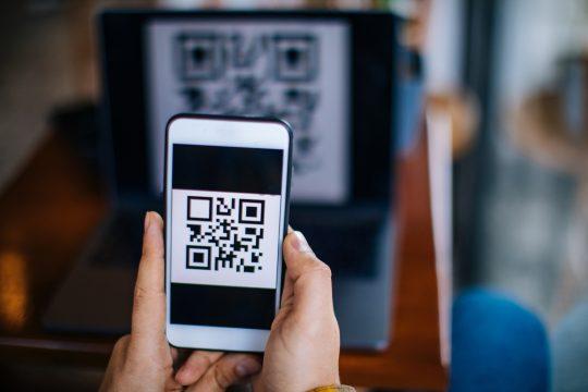 celular apontando para o qr code