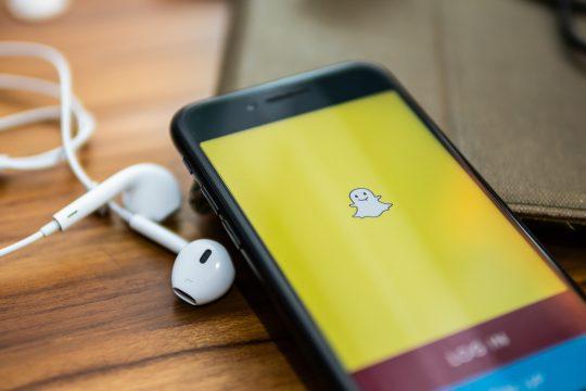 celular com o símbolo Snapchat
