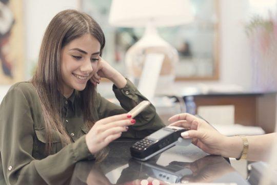 Como pagar com celular na máquina de cartão?