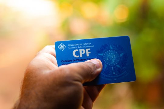 mão segurando cpf