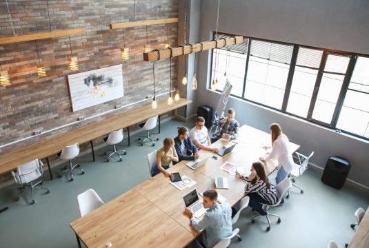 pessoas fazendo uma reunião na empresa
