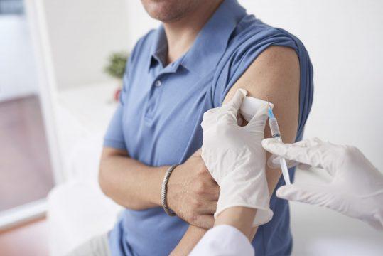 pessoa sendo vacinada